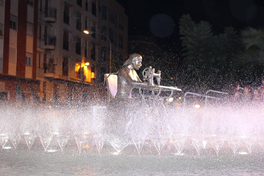 Escultura en bronce Homenaje a la Mujer Aparadora