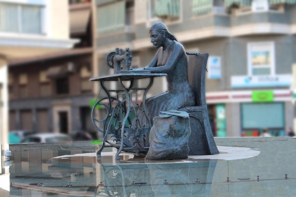 Escultura en bronce Homenaje a la Mujer Aparadora – I