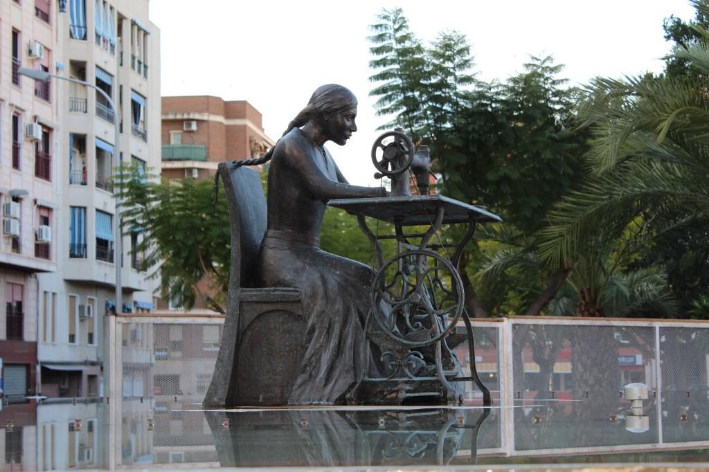 Escultura en bronce Homenaje a la Mujer Aparadora – II