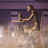 Escultura en bronce Homenaje a la Mujer Aparadora - III