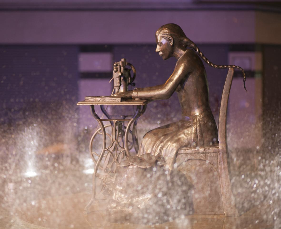 Escultura en bronce Homenaje a la Mujer Aparadora – III